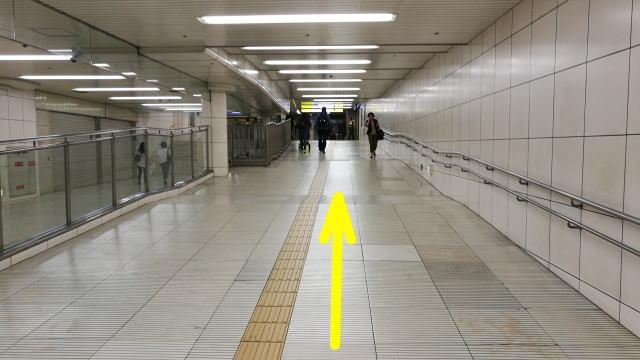 西梅田駅方向へ進む
